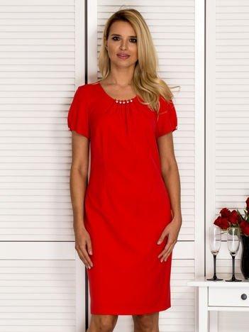 Dopasowana sukienka z ozdobnym dekoltem czerwona