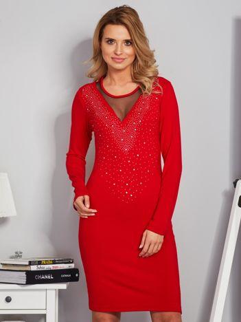Dopasowana sukienka z ozdobnymi dżetami czerwona