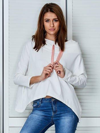 Ecru bluza z kapturem i wstążką