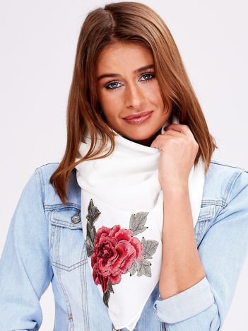 Ecru chusta z haftowanymi naszywkami róż