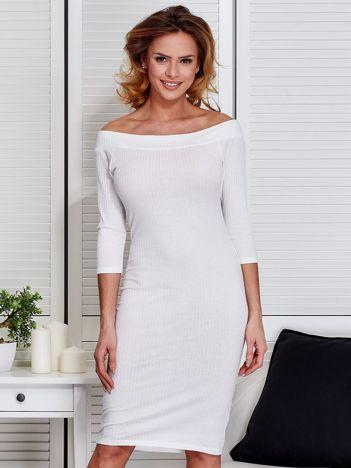 Ecru dopasowana sukienka z odkrytymi ramionami