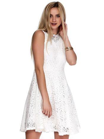 Ecru koronkowa sukienka z perełkami i ozdobnym dekoltem z tyłu