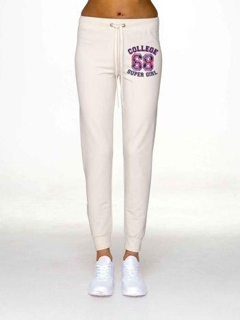 Ecru spodnie dresowe z napisem SUPER GIRL