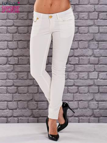 Ecru spodnie skinny ze złotym łańcuszkiem