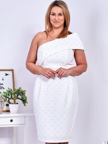 Ecru sukienka w drobne wypukłe wzory PLUS SIZE
