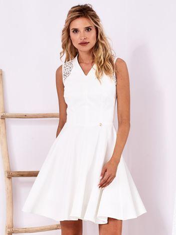 Ecru sukienka z ażurowym wykończeniem