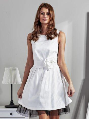 Ecru sukienka z ozdobnym kwiatem