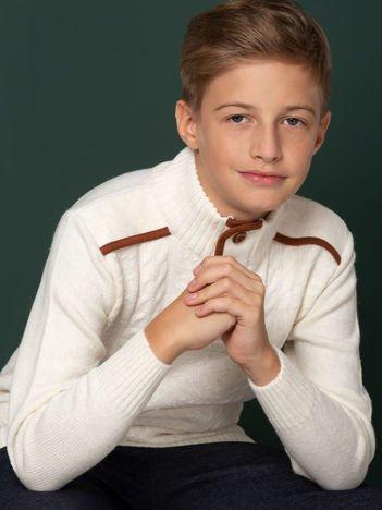 Ecru sweter dla chłopca z drewnianymi guzikami