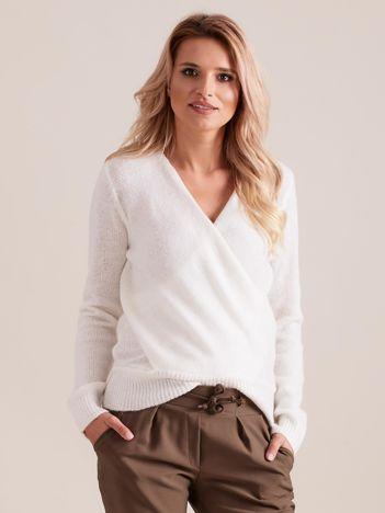Ecru sweter z kopertowym dekoltem