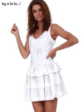 Ecru-szara sukienka z motywem kwiatowym i falbanami BY O LA LA