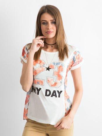 Ecru t-shirt z nadrukiem numerycznym i panelami kwiatowymi