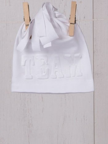 Elastyczna przejściowa czapeczka niemowlęca w sportowym stylu dla chłopca lub dziewczynki biała