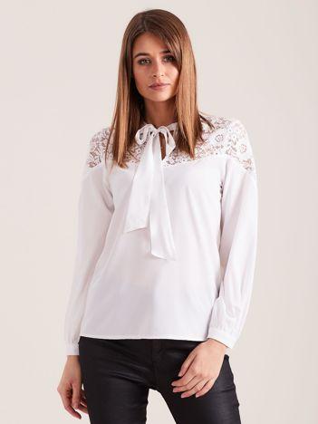 Elegancka bluzka z wiązaniem biała