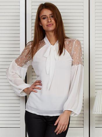 Elegancka bluzka z wiązanym chokerem biała