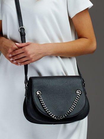 Elegancka listonoszka z ozdobnym łańcuchem czarna