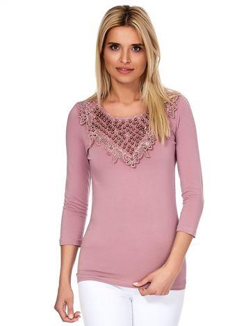 Fioletowa bluzka z ozdobnym dekoltem i perełkami