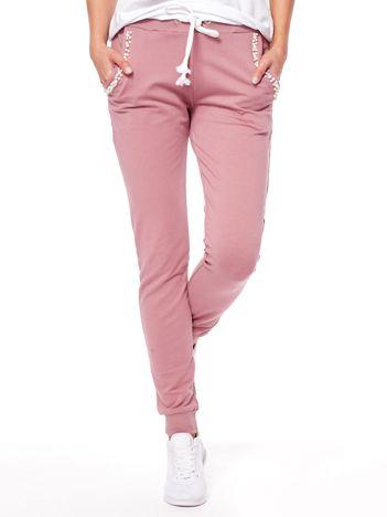 Fioletowe spodnie dresowe z perełkami przy kieszeniach