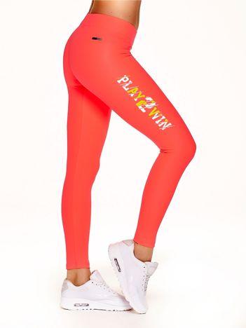 Fluo koralowe legginsy fitness z nadrukiem z boku