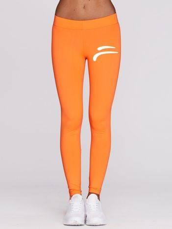 Fluo pomarańczowe długie legginsy fitness z kontrastowym znaczkiem