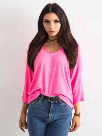 Fluo różowa bluzka z koronką przy dekolcie