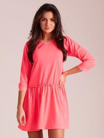 Fluo różowa sukienka z koronką przy dekolcie