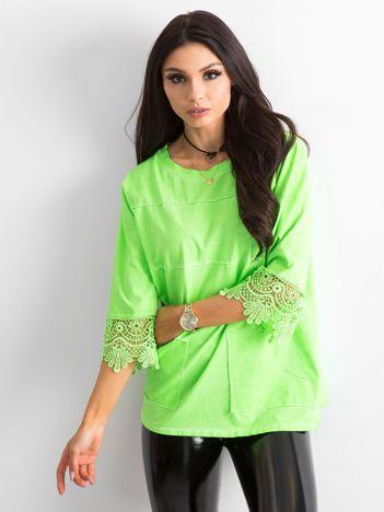 Fluo zielona bluzka z koronką i kieszeniami