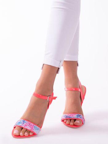 Fuksjowe sandały z kolorowymi cekinami na przodzie