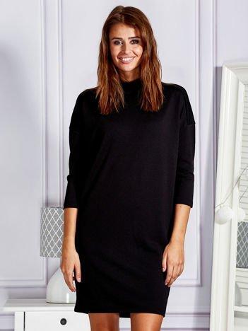 Gładka elegancka sukienka koktajlowa z półgolfem czarna