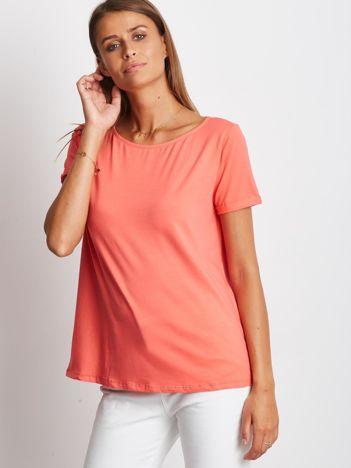 Gładki koralowy t-shirt z podwijanymi rękawami