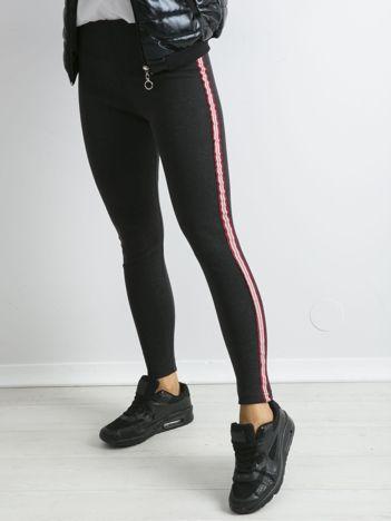 Grafitowe legginsy z czerwonym lampasem