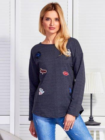 Granatowa bluza damska z naszywkami