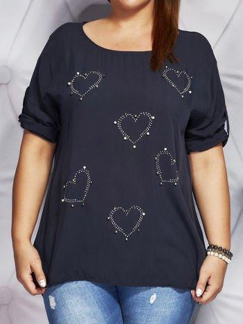 Granatowa bluzka z błyszczącą aplikacją serc PLUS SIZE
