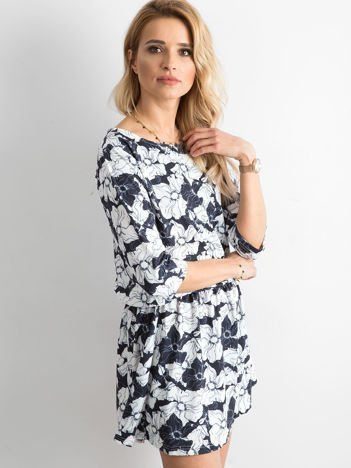 Granatowa kwiatowa sukienka z marszczeniem w talii