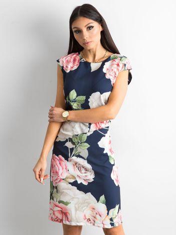 Granatowa sukienka w kwiaty z marszczeniem