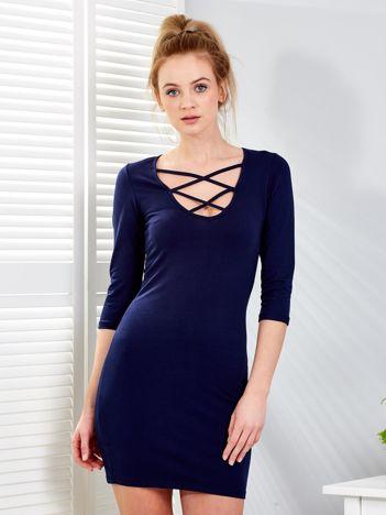Granatowa sukienka z cienkimi paseczkami przy dekolcie