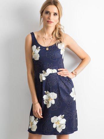 Granatowa sukienka z kontrafałdami w kwiatowy wzór