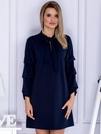 Granatowa sukienka z marszczonymi rękawami