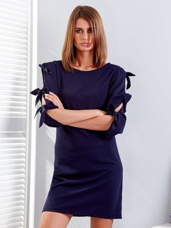 Granatowa sukienka z wiązaniami na rękawach