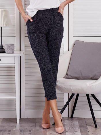 Granatowe materiałowe spodnie melange