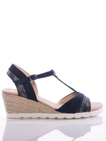 Granatowe sandały na koturnach z tłoczonymi, mieniącymi paskami