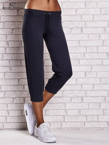 Granatowe spodnie capri z wszytą kieszonką