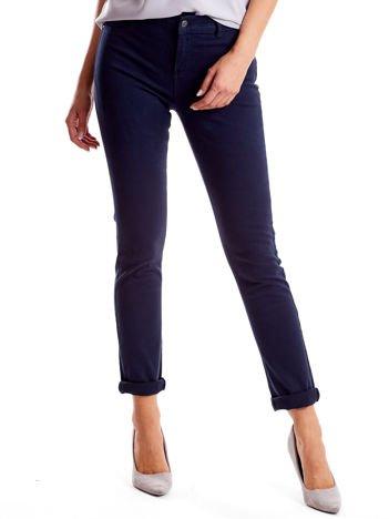 Granatowe spodnie damskie o prostym kroju