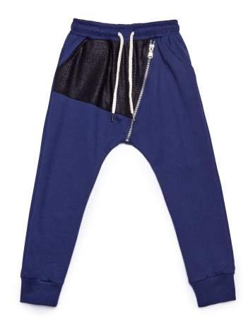 Granatowe spodnie dresowe chłopięce z suwakiem