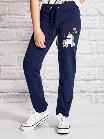 Granatowe spodnie dresowe dla dziewczynki z motywem jednorożca