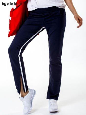 Granatowe spodnie dresowe z rozcięciami na nogawkach BY O LA LA