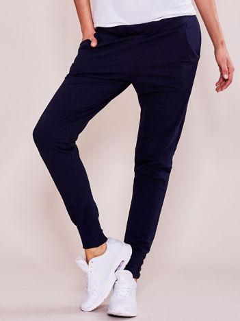 Granatowe spodnie dresowe z szerokimi ściągaczami