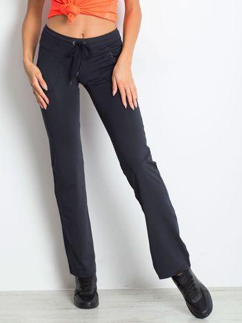 Granatowe spodnie sportowe z wszytą kieszonką