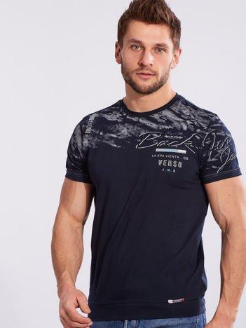 Granatowy bawełniany męski t-shirt z nadrukiem
