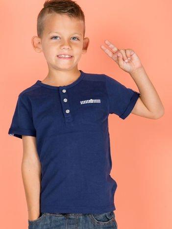 Granatowy dziecięcy t-shirt bawełniany z guzikami i kieszonką