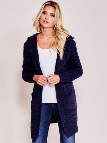 Granatowy otwarty sweter w warkocze z kapturem i kieszeniami